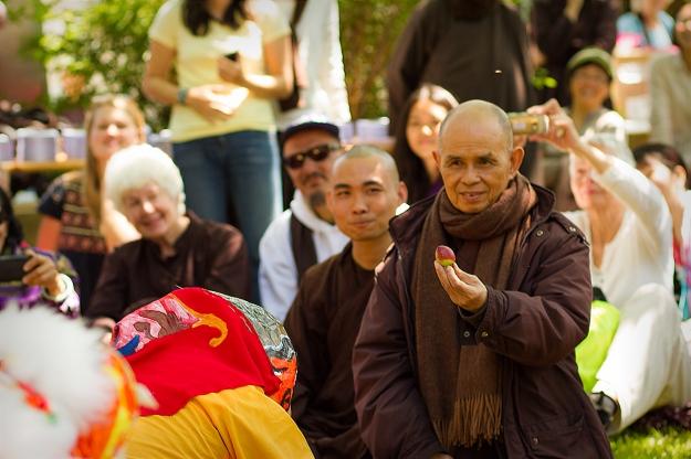 Thay offers lotus to dragon